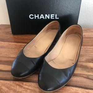 Chanel navy/black two tone flats w/ chain detail